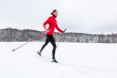 Przez cały kraj narciarstwo: młodej kobiety przez cały kraj narciarstwo Obrazy Stock