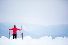 Przez cały kraj narciarstwo: młodej kobiety przez cały kraj narciarstwo Zdjęcia Stock