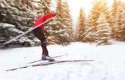 Przez cały kraj narciarstwo sport na śnieg na zimę obrazy stock