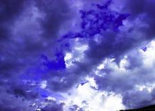 Przez chmur nad morzem promień światło słoneczne robi swój sposobowi zdjęcia stock