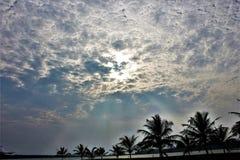 Przez chmur słońca jaśnienie Obrazy Royalty Free