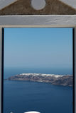 Przez drzwi w kierunku graniczący z oceanem na Santorini wyspie Zdjęcie Stock