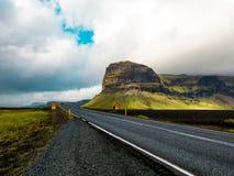 Przez Islandzkich gór obrazy stock