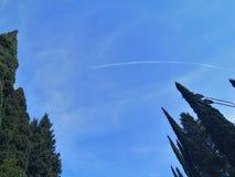 Przez jasnego nieba lata samolot od południe zdjęcia royalty free