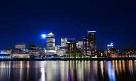 przez kanarowego noc Thames nabrzeże Zdjęcie Stock