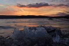 Przez lodu w kierunku zmierzchu zdjęcia stock