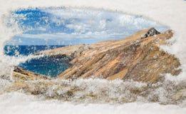 Przez miejsca szkło rozjaśniał śnieżne góry i oke Obrazy Stock