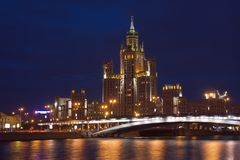 przez Moscow mrocznego widok rzeki Zdjęcia Royalty Free