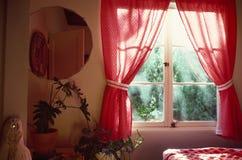 przez okno sypialni Zdjęcie Stock