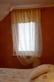 przez okno sypialni Zdjęcia Royalty Free