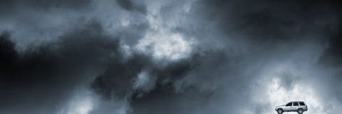 Przez pogody sztormowej Suv jeżdżenie Zdjęcia Stock