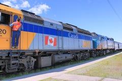 PRZEZ poręcza pociągu w Thompson, Manitoba zdjęcia stock