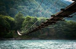 Przez rzekę most Widok przy noc zdjęcie stock