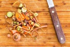 Przeznaczać do rozbiórki pozostawionego od tnących marchewek obok noża Obrazy Stock
