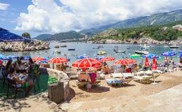 PRZNO,布德瓦里维埃拉地区,黑山, 2014年8月2日:海湾的全景和城市使与许多人民在小盐水湖我靠岸 免版税库存照片