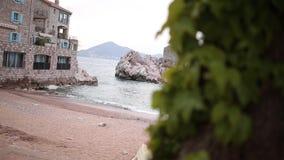 Przno,黑山 靠岸,太阳床和伞在海滩, t 股票录像