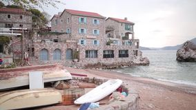Przno,黑山 靠岸,太阳床和伞在海滩, t 影视素材