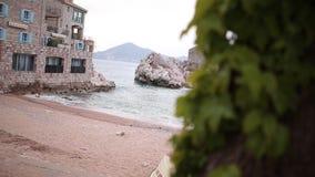 Przno,黑山 靠岸,太阳床和伞在海滩, t 股票视频