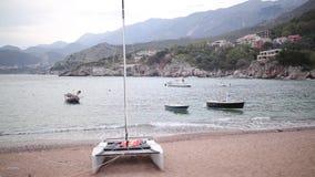 Przno, Montenegro Vare, las camas del sol y los paraguas en la playa, t almacen de metraje de vídeo