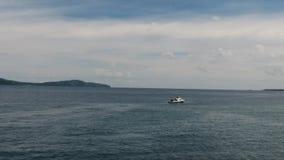 Przyśpiesza łódź na morzu od antena strzału zdjęcie wideo