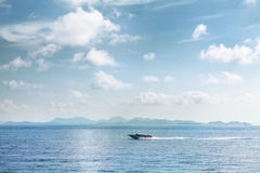 Przyśpiesza łódkowaty poruszającego na błękitnym tropikalnym dennym Tajlandia Zdjęcia Royalty Free