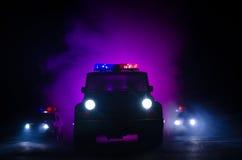 przyśpiesza oświetlenie samochód policyjny w nocy na drodze Samochody policyjni na drogowym chodzeniu z mgłą Selekcyjna ostrość p Obrazy Royalty Free