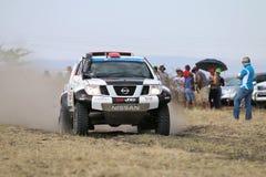 Przyśpieszający białego i czarnego Nissan Navara zbiera samochodowego frontowego widok Zdjęcia Stock