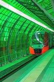 Przyśpieszony pociąg przy zieloną projekt stacją Zdjęcie Stock