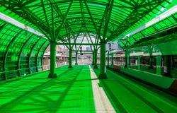 Przyśpieszony pociąg przy zieloną projekt stacją Zdjęcia Royalty Free