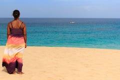 Przy łodzią kobiety relaksujący plażowy spojrzenie Obrazy Royalty Free