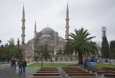 Przy Błękitnym meczetem na chmurnym Grudnia dniu istanbul Zdjęcia Stock