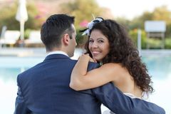 Przy basenem żony i męża młody obsiadanie Fotografia Stock