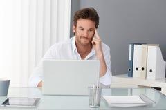Przy biurem biznesmena działanie zdjęcia stock