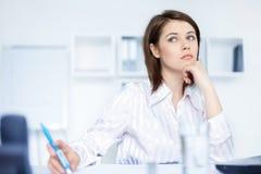 Przy biurem młoda piękna młoda biznesowa kobieta Obraz Stock
