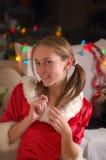 Przy Bożymi Narodzeniami szczęśliwa kobieta obraz stock