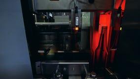 Przy browarem maszynowych czeków szklane butelki zakończenie w górę, zbiory wideo