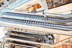 Przy centrum handlowym poruszający eskalatory Obrazy Stock
