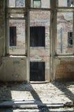 Przy drzwi w umysłowym szpitalu w ruinach w Yekaterinburg w Rosja obraz royalty free