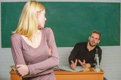 Przy egzamin sesj? Szko?y ?redniej studencki odpowiadanie przy konwersatorium ?e?ski ucze? z schoolmaster przy egzaminem urocza k fotografia stock