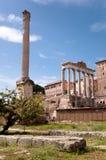 Przy foro romano kolumn Ruiny Włochy - Roma - Fotografia Stock