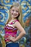 Przy graffiti ścianą blondynki śliczna mała dziewczyna zdjęcie stock