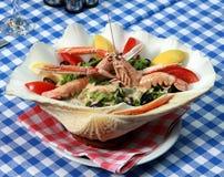 Przy Grecką restauracją słuzyć jedzenie obraz stock