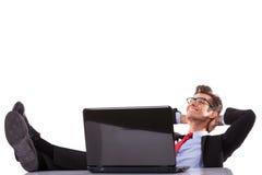 Przy jego biurkiem zrelaksowany biznesowy mężczyzna zdjęcie stock