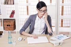 Przy jej miejsce pracy portret kobieta młoda biznesowa Zdjęcia Royalty Free