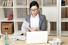 Przy jej miejsce pracy portret kobieta młoda biznesowa Obraz Stock