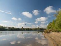 Przy jeziorem na słonecznym dniu i pięknym Zdjęcie Stock