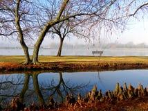 Przy Jeziorem parkowa Ławka Obrazy Royalty Free