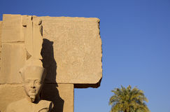 Przy Karnak Pharaoh cyzelowanie Egipt zdjęcia royalty free