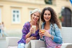 Przy kawiarnią kobieta przyjaciele Fotografia Royalty Free