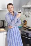 Przy końcówką praca: przerzedże mężczyzna pije szkło wino w zestawie fotografia stock
